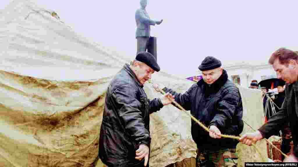 Ukraina Merkeziy saylav Komiteti ğalip ilân etken Yanukoviçniñ tarafdarları, Lenin meydanında birinci çadırnı endi yerleştirdi.