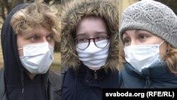 Belarusz: maszkot viselő fiatalok