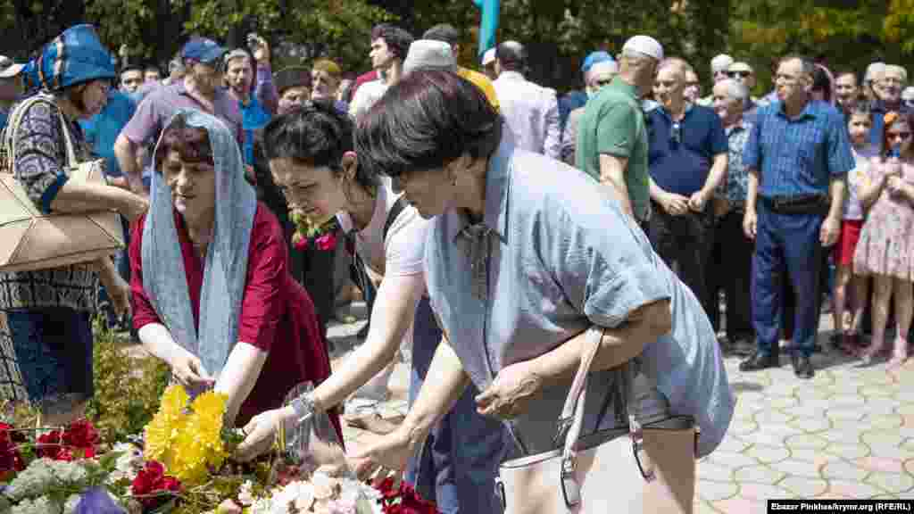 Почтить память жертв депортации пришла и крымская журналистка Лиля Буджурова (на фото – справа)