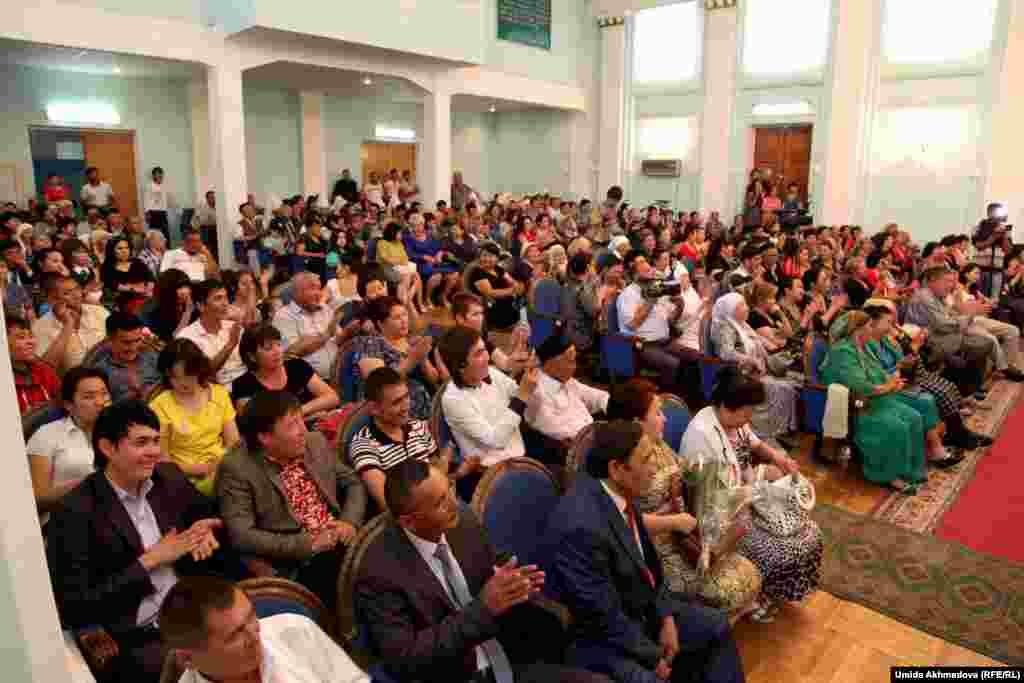 Зрительный зал был полон, гости приехали из Алматы и Шымкента, на концерт пришли также казахи, живущие в Ташкентской области.