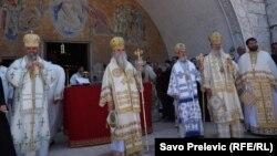 Predstavnici Mitropolije crnogorsko primorske ispred Hrama Kristovog raspeća u Podgorici