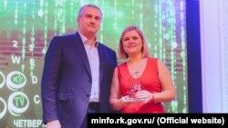 Сергей Аксенов и Екатерина Зуева с наградой