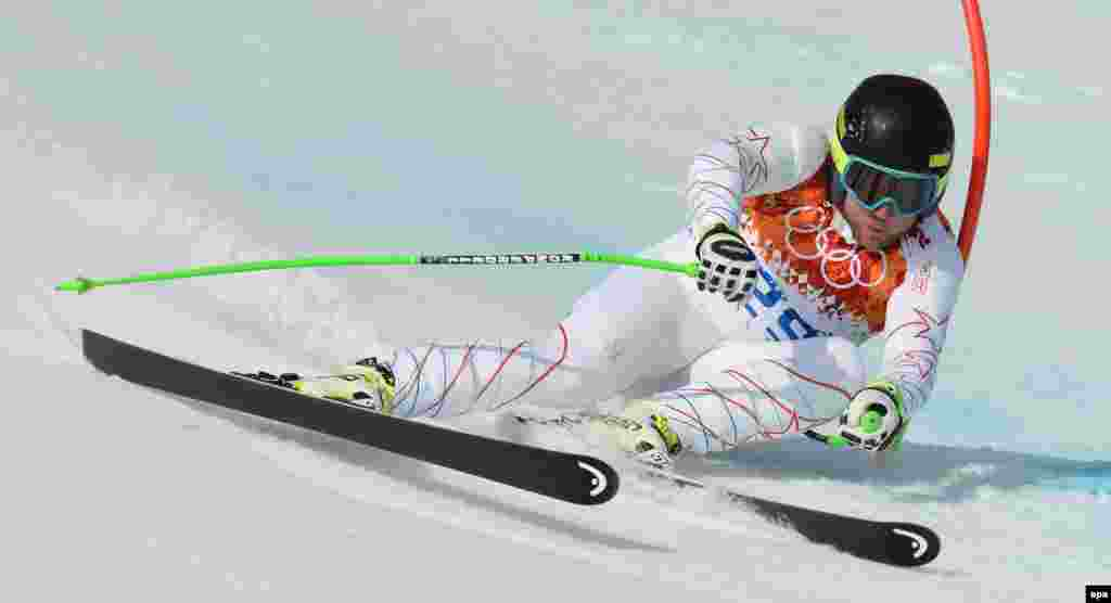 U.S. skier Andrew Weibrecht in action during the men's alpine skiing Super-G competition. Weinbrecht won silver. (epa/Justin Lane)