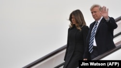 Donald dhe Melania Trump duke zbritur nga aeroplani Air Force One në Pekin