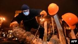 Участники акции в центре Киева укрепляют баррикады