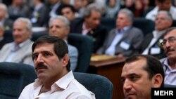 عباس جدیدی (چپ)، کشتیگیر مدالآور ایرانی