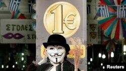 Un manechin cu o mască Guy Fawkes în fața unei prăvălii din Atena unde fiecare produs vândut costă un euro, 11 februarie 2015.