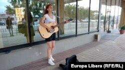 Tiraspol, regiunea transnistreană, o tânără cântă la chitară în centrul orașului , 6 iulie 2021.