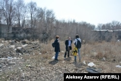Группа гражданских активистов пришла посмотреть на состояние бывшей крепости. Алматы, 25 сентября 2017 года.