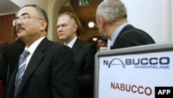 Түркия министрі Хилми Гүлер (сол жақта) өз елінің Набукконы қолдап отырғандығын айтты