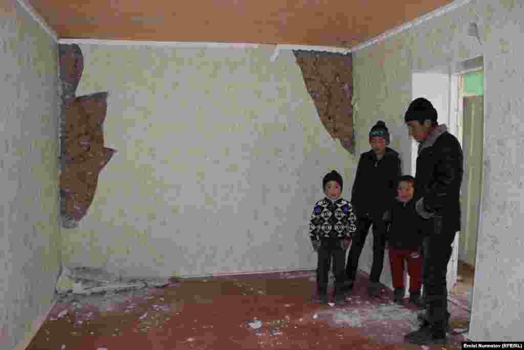 МЧС проверило 3 400 домов в Ошской области. По итогам проверки выяснилось, что в капитальном ремонте нуждаются 725 домов, 380 не подлежат восстановлению, в негодность пришли 10.