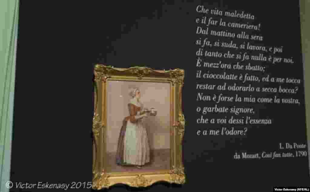 """Imagine din expoziție și citatul din libretul operei mozartiene """"Cosi fan tutte""""."""