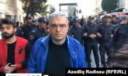 Ильгар Мамедов во время протеста против домашнего насилия, 20 октября 2019 года, Баку