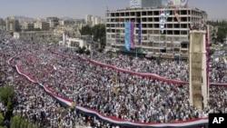 یکی از راهپیماییهای مخالفان دولت در شهر حمات سوریه. ۲۲ ژوئیه ۲۰۱۱.