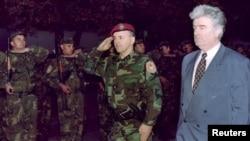 """Željko Ražnatović Arkan (u sredini), Radovan Karadžić (desno) i pripadnici """"Tigrova"""", Bijeljina, 23. oktobar 1995."""