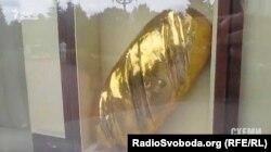 Схоже, слідчі й самі не знають: золотий батон справжній чи ні