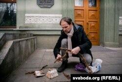 Павал Каралёў паказвае знойдзенае падчас раскопак