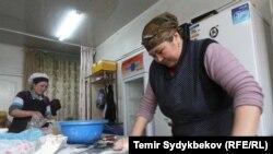 Женщина раскатывает тесто. Иллюстративное фото.
