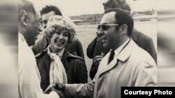 """Журналист Ефим Барбан встречает Дюка Эллингтона в аэропорту """"Пулково"""". 1971 год."""