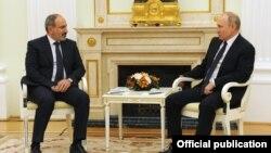د ارمنستان صدراعظم (چپ) له ولادیمیر پوتین سره