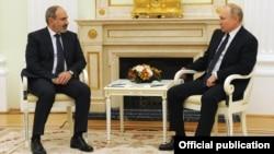 Armenian Prime Minister Nikol Pashinian (left) and Russian President Vladimir Putin in Moscow on April 6.