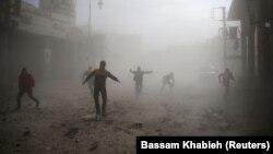 مردم و اعضای «دفاع مدنی» در غوطه شرقی دمشق در حال فرار برای نجات جان خود هستند
