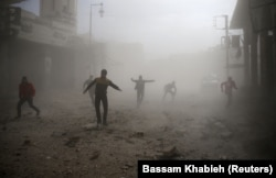 Сирия. Люди разбегаются при авиаударе