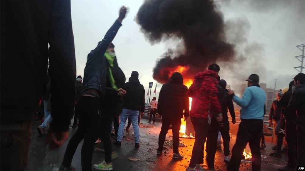 Протестите, които започнаха преди няколко дни в Иран заради повишената цена на бензина, прераснаха в недоволство срещу управлението на страната