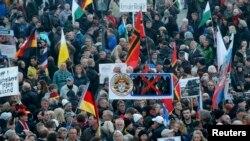 ПЕГИДА кыймылы Германия мигранттарды кабыл алуусуна каршы. Дрезден, 19-октябрь, 2015-жыл.