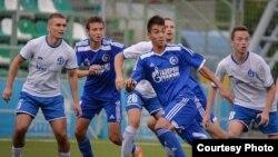Самат Сарсенов (в центре на переднем плане) во время игры. Фото из личного архива футболиста.