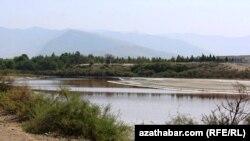 Türkmenistanda Uzboýyň ugrundaky köl.