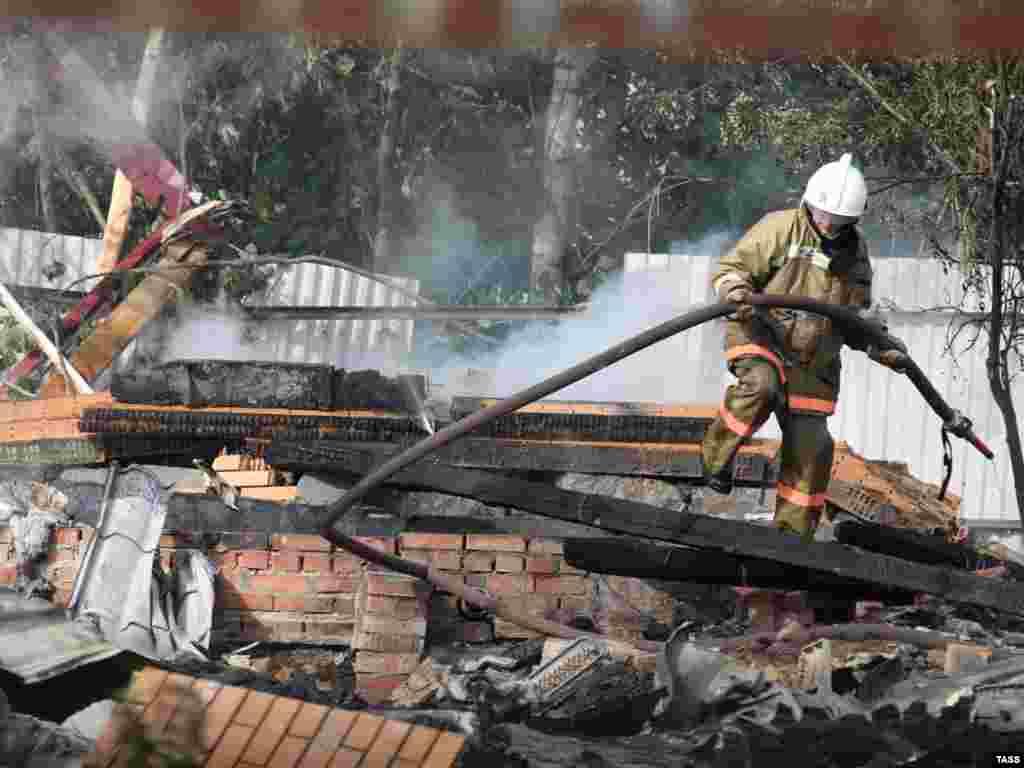 """При столкновении СУ-27 погиб командир """"Русских витязей"""". При падении самолетов загорелись несколько строений на земле. Пять человек госпитализированы с ожогами"""