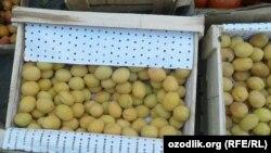 Местные жители не желают покупать хранившиеся долгое время в морозильных камерах фрукты.