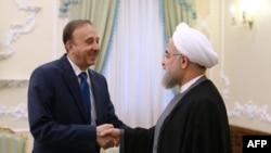 Президент Ирана Хасан Роухани (справа) и спикер парламента Сирии Мухаммад аль-Лахам в Тегеране, 2 июня 2015 года.