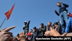 Бишкекдаги митинг иштирокчилари, 2020 йилнинг 7 октябри.