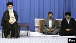 آیتالله محمود هاشمی شاهرودی (نفر اول از راست) رییس هیات عالی حل اختلاف قوای سهگانه.