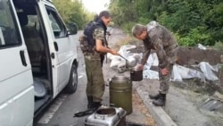 Distribuirea mâncării pe poziţiile separatiştilor, satul Peski, la marginea Doneţkului