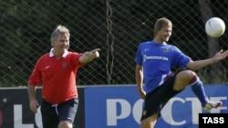 В сборной Турции Хиддинк (слева) сменит Фатиха Терима, который не смог решить задачу попадания в финальную стадию чемпионата мира-2010