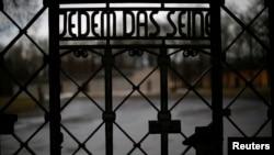 Бухенвальд концлагеріндегі темір қақпа есігіндегі жазу.