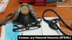 Маската, с която се налага да работи д-р Николай Николов в Хасково