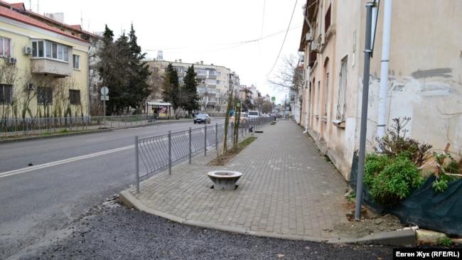 Опора троллейбусной контактной сети будет стоять посреди тротуара