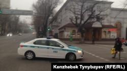Полицейский автомобиль на перекрестке в Алматы. Иллюстративное фото.