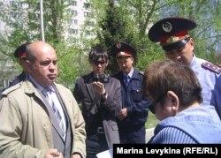 """Представитель акимата на митинге """"Несогласных"""" делает устное предупреждение Фатиме Касеновой (справа), активисту оппозиции. Семей, 28 апреля 2012 года."""