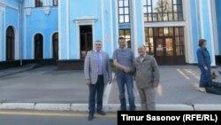 У здания ставропольского вокзала: адвокат Алексей Абазов, Евгений Мартенс, Владимир Полубояренко