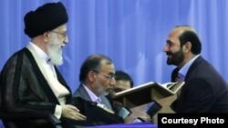 سعید طوسی، قاری مشهور قرآن، مقابل رهبر جمهوری اسلامی ایران.