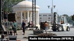 """Интензивна работа на плоштадот """"Македонија"""" пред прославата."""