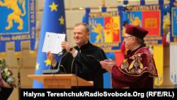 Президент Європейської ради Дональд Туск отримує диплом почесного доктора Львівського університету, 20 лютого 2019 року