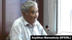 Председатель Райымбекского сельского совета аксакалов Асылбек Кожанов выступает в суде. Каскелен, 29 августа 2016 года.