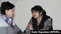 Редактор сайта Nakanune.kz Гузяль Байдалинова (справа) и ее адвокат Инесса Кисилева. Алматы, 26 декабря 2015 года.