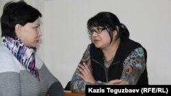 Журналист Гузал Байдалинова (оңдо) адвокаты Инесса Кисилева менен.